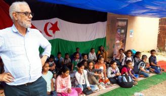 Grupo de niños saharauis que pasaron el verano en Tenerife con el programa Vacaciones en Paz junto al delegado del Frente Polisario en Canarias, Hamdi Ahmed Aomar.