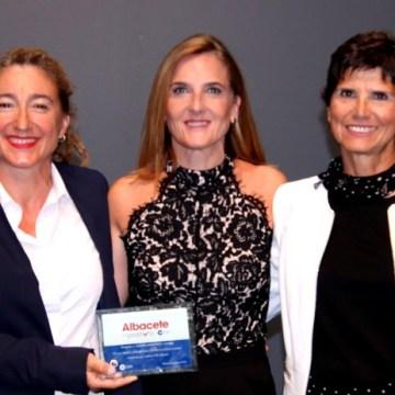 El martes recogieron el Premio 'Albacete en Positivo' las caudetanas que participaron en el Sahara Maratón | Caudete Digital – Noticias y actualidad de Caudete (Albacete)