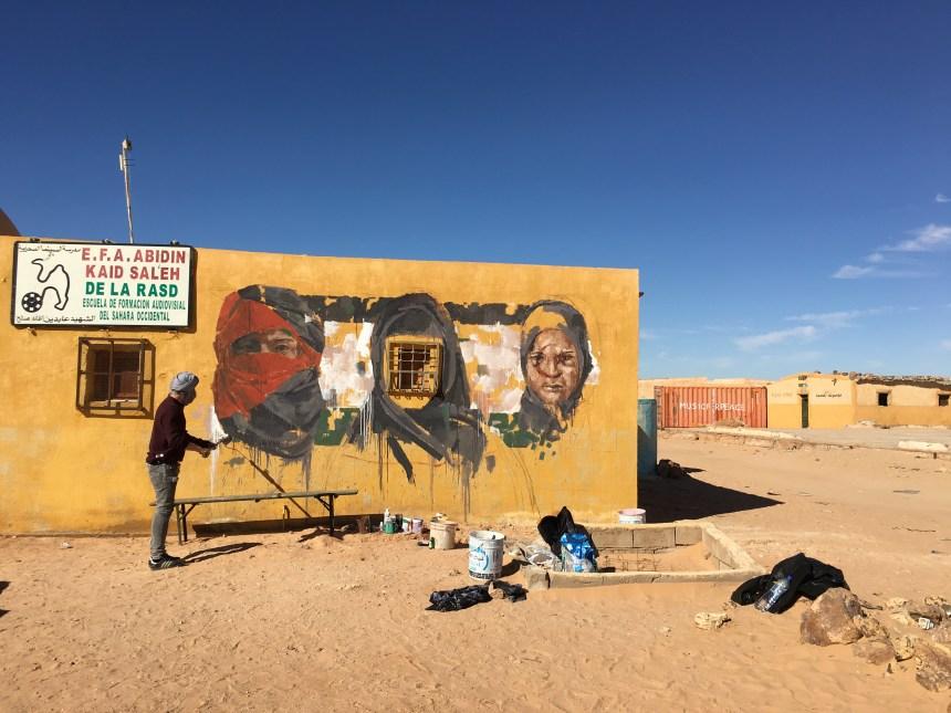 Para el recuerdo: El gran grafitero español GONZALO BORONDO trabaja en la fachada de la Escuela saharaui de Cine – diciembre 2015