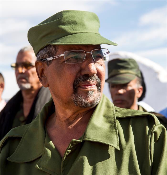¿Qué significación tiene el traje militar verde olivo y su gorro del Mártir Mohamed Abdelaziz?