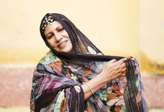 5 años después/ Muere Mariem Hassan, la gran dama del 'haul' saharaui, por FERNANDO IÑIGUEZ| Cultura | EL PAÍS