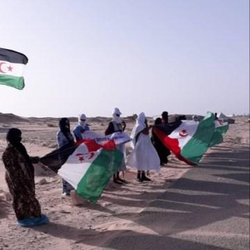 Manifestantes saharauis bloquean el paso de El Guerguerat en el sur del Sáhara Occidental y acusan a la ONU de respaldar a la ocupación marroquí