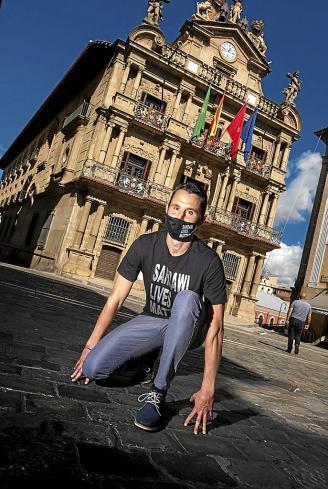 Joseba Alzueta, ayer en la plaza Consistorial, tras la presentación de la campaña. Su viaje comenzará el próximo sábado 26 de septiembre.