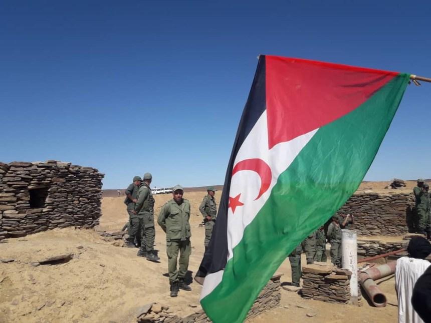 Soldados marroquíes se encaran con manifestantes saharauis en una brecha ilegal en el muro en M'heris, norte del Sáhara Occidental