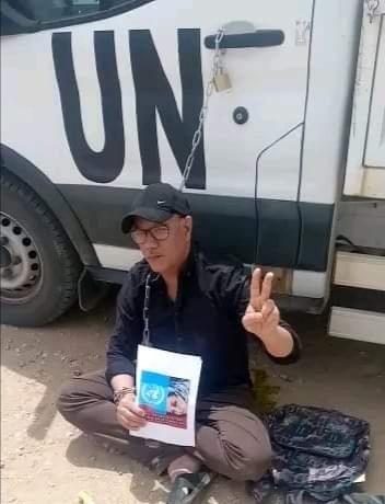 Un activista saharaui se encadena a un furgón de la ONU en Smara ocupada en protesta por la represión marroquí