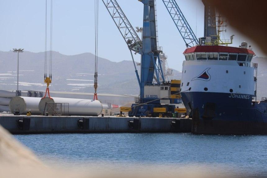 Siemens Gamesa carga mástiles a bordo de un buque en Motril (Granada) para ser exportados al Sáhara ocupado