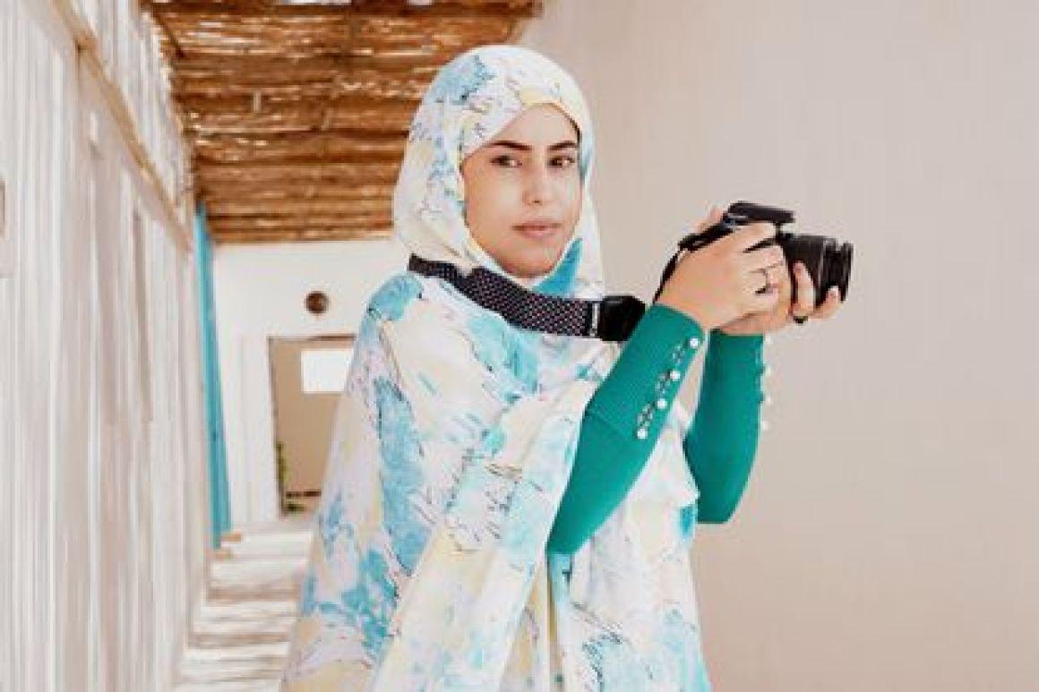 Ezza Mohamed, estudiante de fotografía en los campamentos de refugiados saharauis en Tinduf, Argelia.