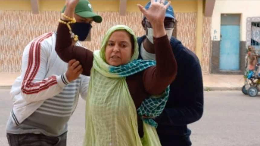 Policías marroquíes propinan una bestial paliza a la activista saharaui Sultana Jaya