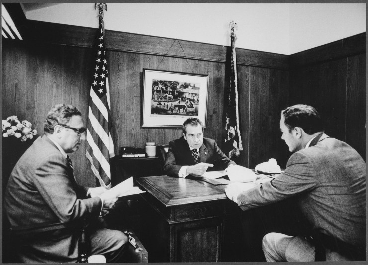 Meeting_at_Camp_David_to_discuss_the_Vietnam_situation_-_NARA_-_194466.tif