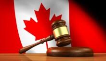 Marteau judiciaire avec le drapeau du Canada en arrière-plan