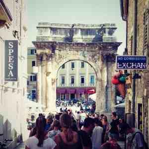 Porta Sergii arch with tourists, Pula, Croatia (2016-08-27)