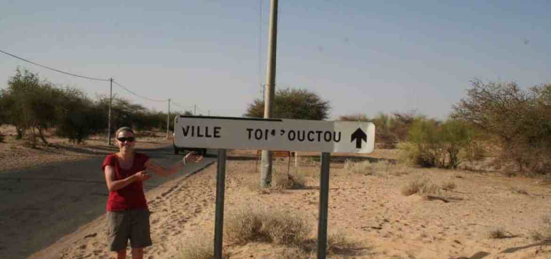 Carola with the Timbuktu sign, Mali (2011-11-24)