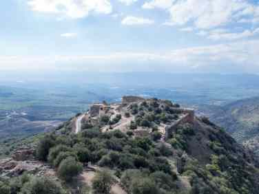 Looking at the lower part of Nimrod Fortress, Golan Heights, Israel (2017-01-30)