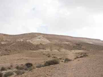 Look back at the steep descend from Akev Heights outside Sde Boker, Israel (2017-02-09)