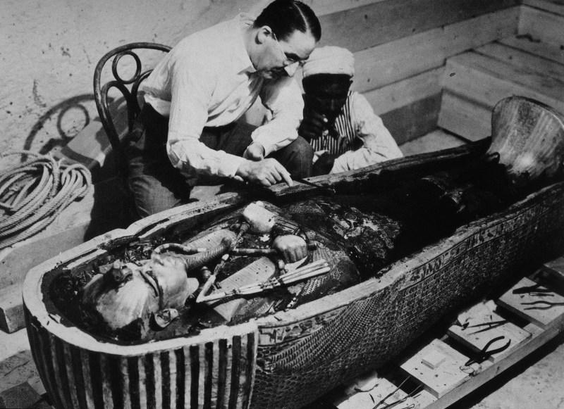 Carter, Howard, 9.5.1873 - 2.3.1939, British archeologist / archaeologist, with worker, studies, tomb Tutankhamun, Egypt, Tutank