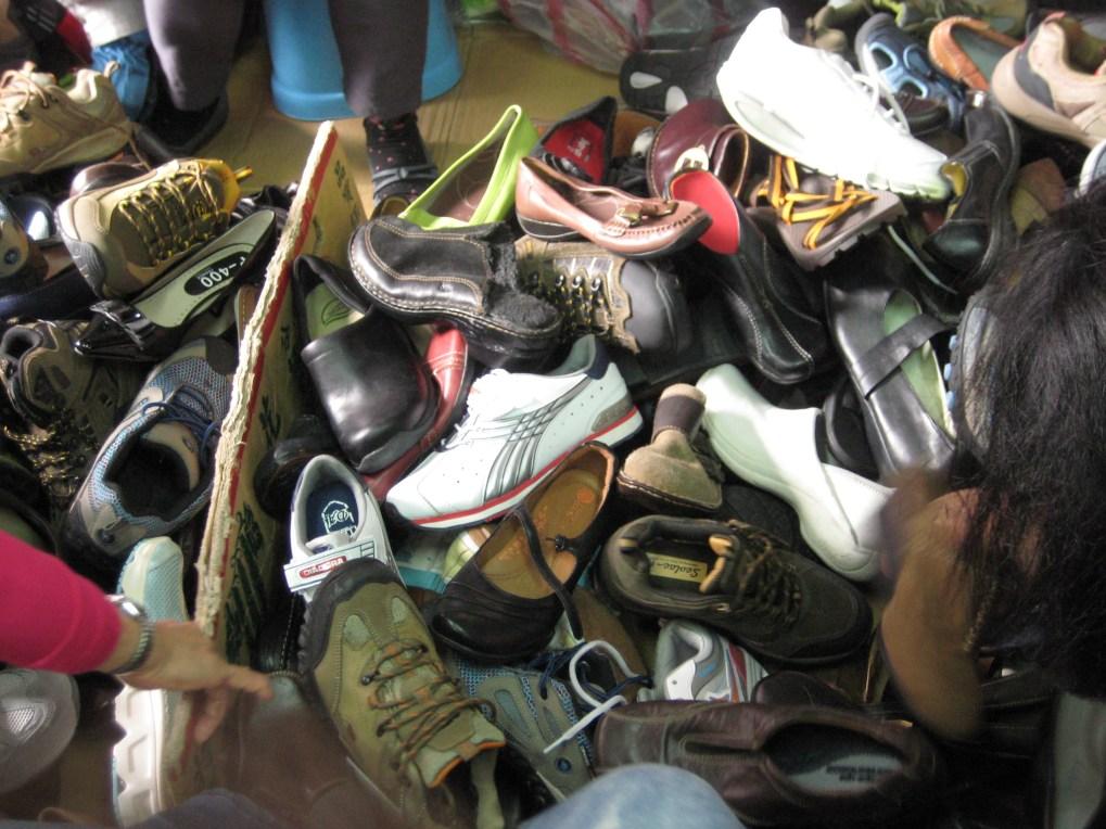 菜市場裡賣鞋的攤販.JPG