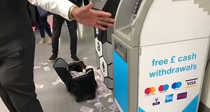 En Londres un cajero automático se vuelve loco y escupe billetes