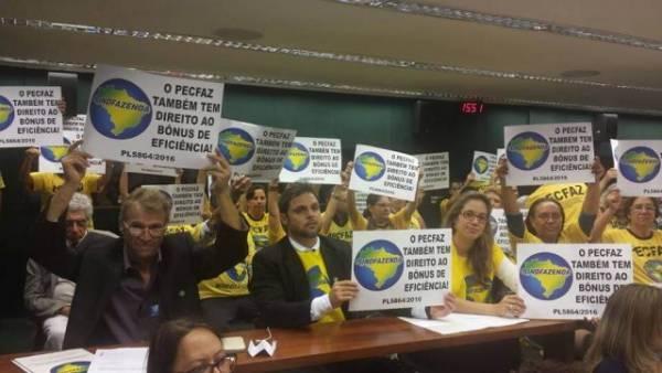 Gobierno brasilero no cumple acuerdo y trabajadores haciendários hacen huelga   por Grace Maciel