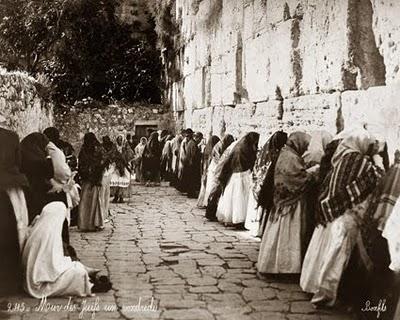 "Felix Bonfils, Entry of Pilgrims into Bethlehem at Christmas time, Palestine, 1867-1885.</p> <p> Source: Library of Congress"" height=""370″ src=""https://americagoing.red/wp-content/uploads/2019/12/echo/tumblr_m0xvslBARf1qfet8co1_500.jpg""  width=""500″></img><br /></br><br /> Félix Bonfils (1831-1885): Entry<em> of Pilgrims into Bethlehem at Christmas time</em>, Palestine c. 1870</p> <p><img alt="