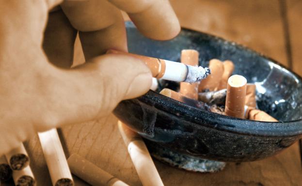 Le quitan la custodia de sus hijos por fumar delante de ellos