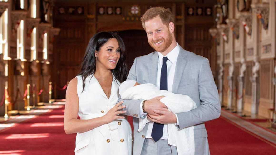 """Meghan Markle y el Prícipe Harry tienen un """"bebé feliz"""" con """"mechones de cabello rojizo"""""""