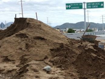 Montaña de arena tirada al costado de la carretera
