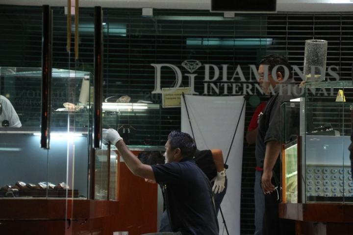 d01b621bdf78 Aunque hasta la tarde de este lunes no se ha dado a conocer el monto de lo  robado ayer domingo en las joyerías  Diamonds International