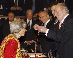 Elena Poniatowska recibe el Premio Cervantes del Rey Juan Carlos de España.