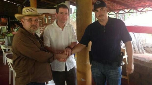 Hipólito Mora, el comisionado Alfredo Castillo y Luis Antonio Torres se tomaron una foto el 21 de mayo en la que resolvieron sus diferencias (Alfredo Castillo/Twitter).