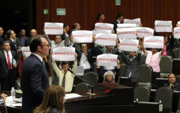 Protesta de la bancada de Morena durante la comparecencia de Luis Videgaray en el Congreso. (Foto: La Jornada)