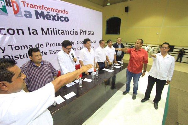 Juan Carrillo, secretario del Ayuntamiento de Isla Mujeres, y Alberto Vado, regidor en el Ayuntamiento de Benito Juárez, rinden protesta como operadores distritales del PRI.