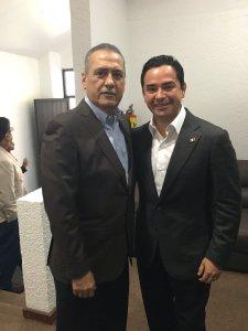 Durante la asamblea del PRI, el diputado por Quintana Roo, José Luis Toledo, se tomó la foto con Manlio Fabio Beltrones.
