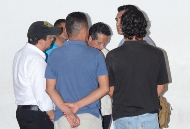 Carlos Joaquín y colaboradores, al visitar a los heridos en un hospital de Playa del Carmen.