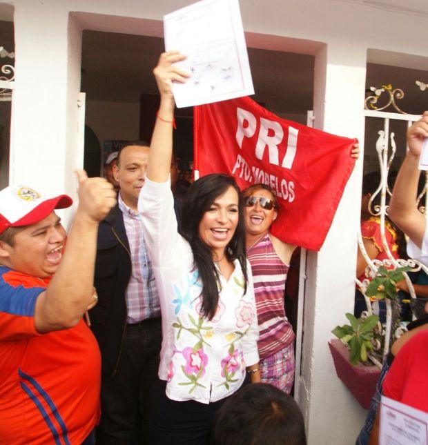 Laura Fernández celebra su triunfo en Puerto Morelos.