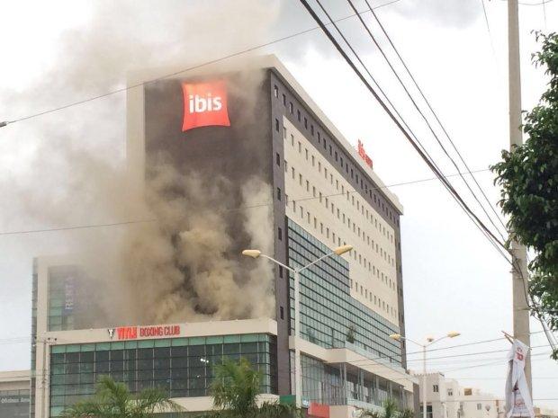 Densa humareda saliendo del hotel Ibis en Cancún. (Foto: @ENLACERFQR)