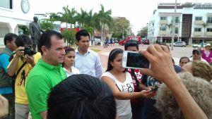 El alcalde interino de Solidaridad, Rafael Castro, salió a dialogar brevemente con los manifestantes de Puerto Aventuras que llegaron a Playa del Carmen, pero de acuerdo a las personas, no les resolvió nada.