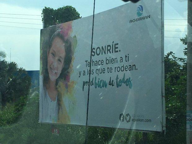 'Sonríe', publicidad de Aguakán en Playa del Carmen, el municipio cuyo servicio de agua fue entregado por Borge a la empresa Desarrollos Hidráulicos de Cancún a partir del año 2014 y hasta el 2053.