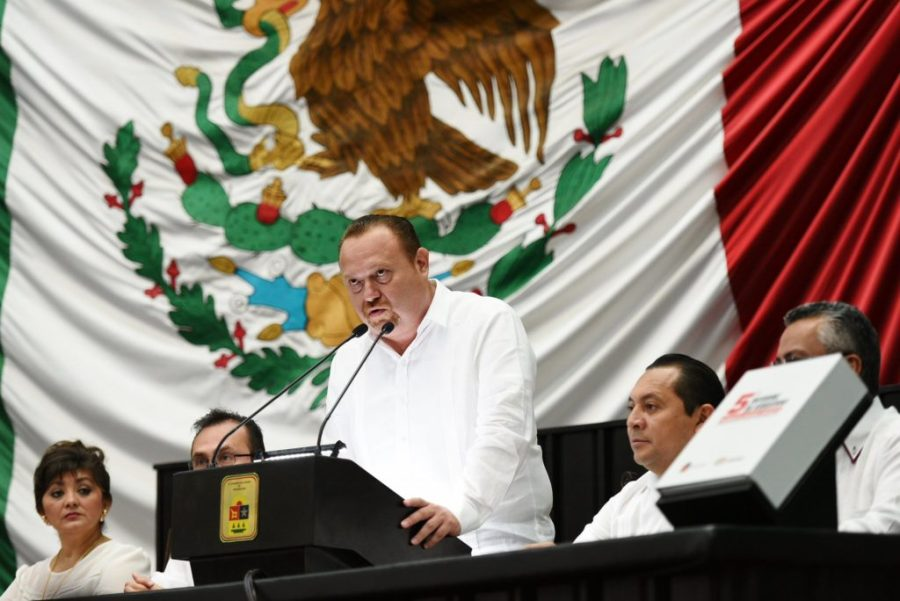 José Esquivel Vargas, presidente de la Mesa Directiva del Primer Mes de sesiones, recibió el Informe.
