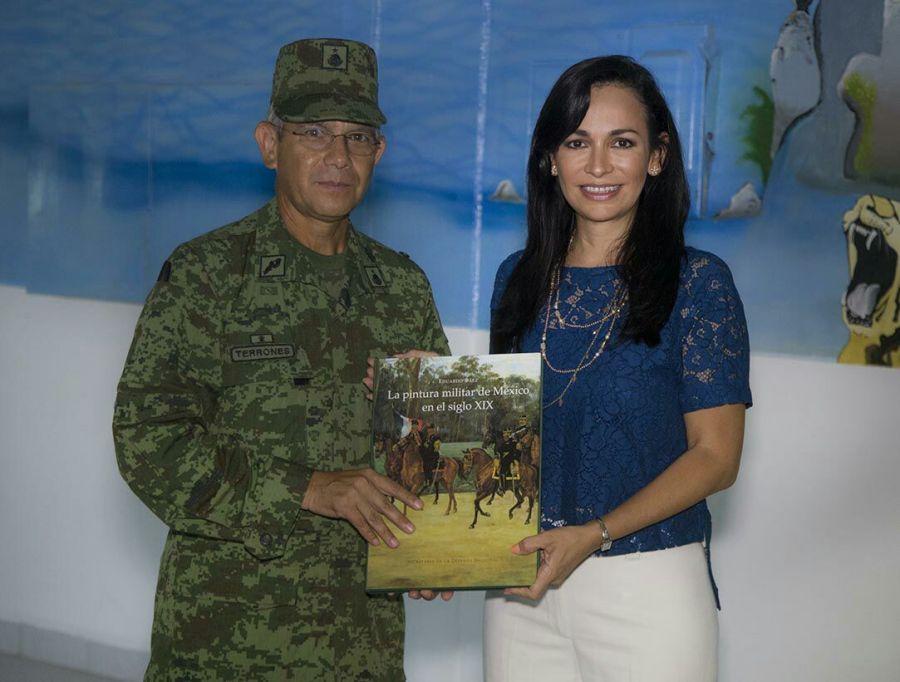 Laura Fernández con el General  Brigadier Diplomado de Estado Mayor Martín Terrones Calvario, comandante de la Guarnición Militar de Cancún.