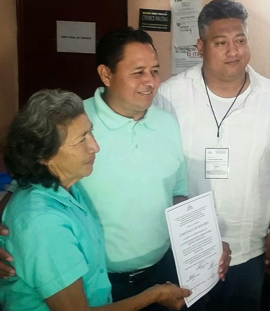 Moisés Medina Cahuich recibe su constancia de mayoría como nuevo delegado de Leona Vicario.