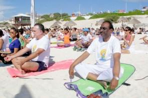 Cancún.- Con gran respuesta de cancunenses se realizo la sesión de yoga por la paz del mundo en Playa Delfines con motivo del Día Mundial del Yoga, organizado por la Embajada de la India en México.