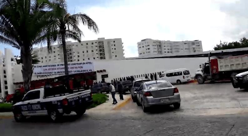 Condóminos bloquean acceso para impedir entrada de maquinaria para construcción de un hotel en Cancún