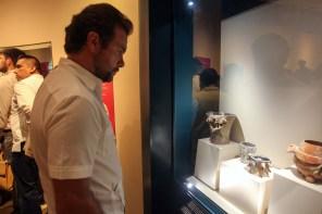 """Cancún.- El Gobernador Carlos Joaquín inaugura las exposiciones """"Una ofrenda a Xochipilli. Entre luces canta y llega el sol"""" y """"Sangre para los Dioses. El sacrificio en la visión de los Mayas y los Mexicas"""" en el Museo Maya de Cancún"""