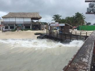 Bañistas llegan a las playas para observar el oleaje