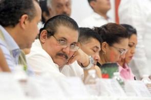 """Cancún.- con la presencia. De autoridades estatales y municipales se lleva a cabo la sesión extraordinaria del consejo estatal de protección civil y del Comité Especializado en Fenómenos Hidrometeorlógicos, ante el acercamiento de la tormenta tropical """"Nate"""" a las costas de Quintana Roo"""