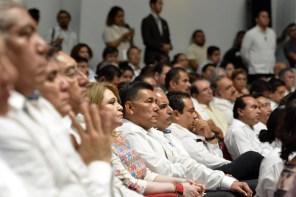 Chetumal.- Encabeza el gobernador del estado Carlos Joaquín González la sesión solemne en el congreso del estado con motivo del 43 aniversario de Quintana Roo como estado libre y soberano con la presencia de personajes políticos e invitados especiales