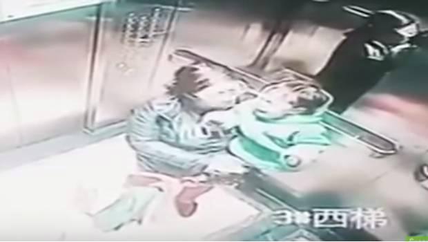 Se viraliza video de niñera golpeando a niño en un ascensor