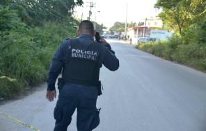 Cancún.- Dejan cuerpo desmembrado en una bolsa frente a un domicilio en la Colonia el Milagro las autoridades acudieron para el levantamiento de los indicios y del cuerpo que hasta el momento se encuentra en calidad de desconocido para trasladarlo a la SEMEFO para la necropsia de ley.