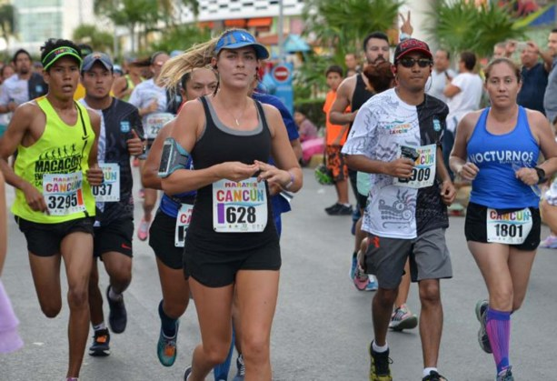 Cancún.- Con la participación de más de cuatro mil corredores se lleva a cabo en su 33 edición el maratón de Cancún