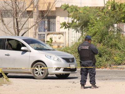 EJECUTAN A UN HOMBRE DENTRO DE SU AUTO: Matan a quemarropa a una persona sobre la Avenida 20 de Noviembre en Cancún
